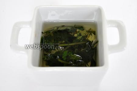 Залить рафинированным растительным маслом примерно 3 столовые ложки и оставить на 2 суток.