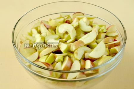 Яблоки нарезаем нетолстыми дольками.