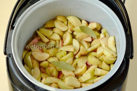 В жидкую сахарную массу всыпаем яблоки, добавляем лавровый лист, перемешиваем, закрываем крышку и варим 20 минут.