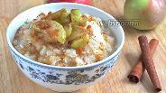 Фото рецепта Рисовая каша с карамельными яблоками