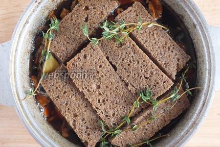 Нарежьте ржаной хлеб ломтиками, обрезав корочки. Выложите ломтики хлеба поверх остальных ингредиентов. Залейте в казан примерно 800 мл кваса, остальной оставьте, чтобы вливать его в процессе томления небольшими порциями. Отправьте рагу в духовку под закрытой крышкой. Дождитесь кипения, снимите крышку и оставьте томиться минимум на 2 часа, столько требуется для нежной постной телятины. Подливайте квас в процессе, если он выпаривается, старайтесь сохранять уровень жидкости на первоначальном уровне и не давайте рагу ощутимо кипеть.