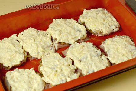 Покрыть все смесью сметаны с сыром и поставить запекаться в духовку минут на 30-40 при температуре 200 ºC. Время запекания зависит от особенностей духовки.