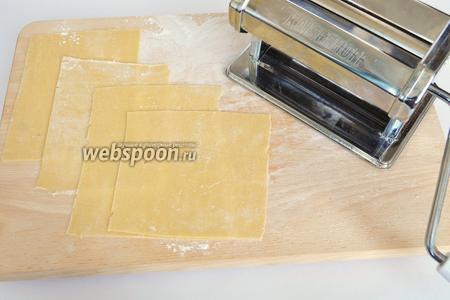 Тесто раскатываю с помощью машинки для пасты, режу по размеру формы. Листы лазаньи не должны заходить друг на друга.