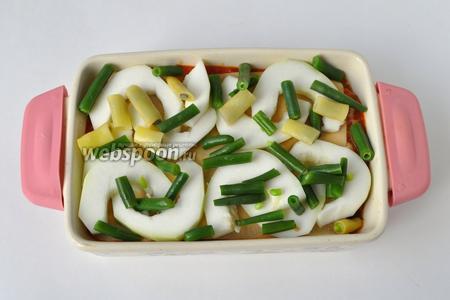 На следующий лист лазаньи выкладываем патиссон со спаржевой фасолью, следом томатный соус и Бешамель, сыр в этот слой не кладу.
