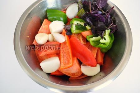Помидоры, базилик, болгарский перец, лук, чеснок — вымыть, разрезать на кусочки.