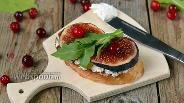 Фото рецепта Кростини с рикоттой и инжиром