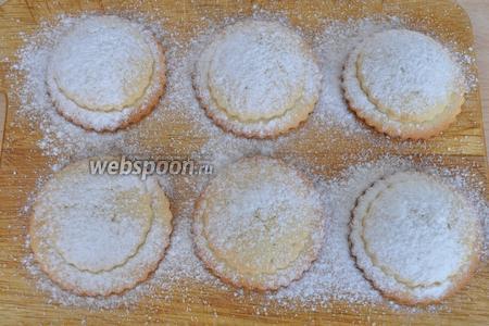 Посыпаем горячее печенье сахарной пудрой