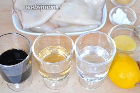 Для приготовления кальмаров можно купить замороженные тушки, или кольца. Я использую кальмары замороженные, удаляем кожу и внутренности. Для соуса приготовим мирин, воду, соевый соус, имбирь, чеснок, сок одного лимона, мёд, коричневый сахар и крахмал для загущения.
