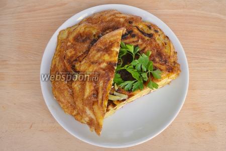Готовый омлет подавать сразу с зеленью и овощами. Омлет резать как пирог.