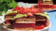 Фото рецепта Медово-марципановый торт со смородиной