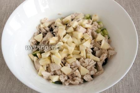 Яблоко промыть, счистить шкурку, удалить сердцевину, нарезать не крупно. Добавить в салат.
