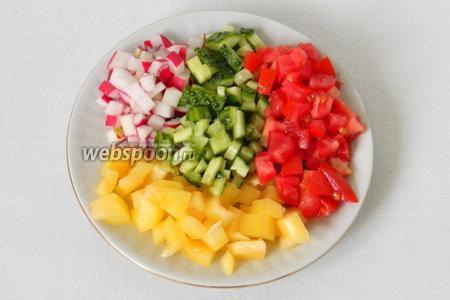Все овощи для салата нарезаем кубиками.