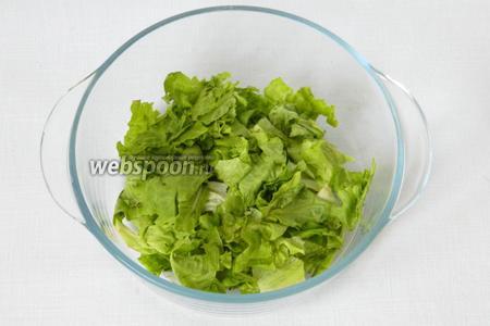 В салатницу нарываем руками листья салата.
