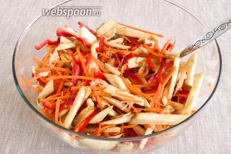 Подготовленные овощи залить кипящим маринадом. Поставить под гнёт на 12-24 часа.
