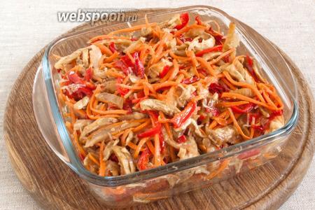 Маринад удалить, заправить салат растительным маслом.