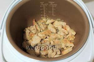 Ещё через 5 минут добавить нарезанные лук и чеснок, перемешать. Готовить дальше.