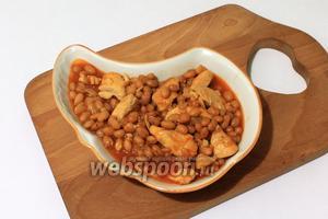 Куриное филе с фасолью готово, подавать с зеленью и любым гарниром.