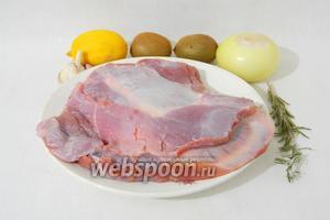 Для приготовления запечённой бараньей лопатки возьмём баранину (лопатку или заднюю часть ноги), лук, киви, лимон, розмарин, чеснок, соль и перец по вкусу.