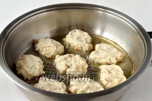 Или прямо ложкой выкладывать на сковороду с раскаленным подсолнечным маслом. Обжаривать до золотистой корочки с обеих сторон на среднем огне.