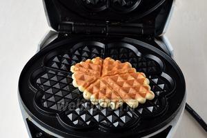Выкладывать тесто столовой ложкой на середину вафельницы (выкладывать полную столовую ложку теста). Размазывать тесто по вафельнице не надо, достаточно прижать сверху верхней крышкой вафельницы и тесто само примет нужную форму.