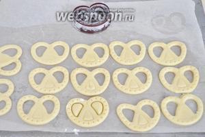 Для солёного печенья, так же раскатаем тесто, но воспользуемся другой вырубкой, что бы не путать печенье в дальнейшем.