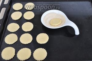 Обмакивать печенье в сахар одной стороной и немного прижимать. Выкладывать на лист. Сахар лучше использовать коричневый мелкий или обычный.