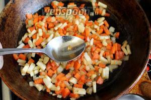 К припущенным овощам добавить ложку уксуса.