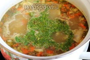 Довести до кипения и отключить плиту. Посыпать зеленью и накрыть крышкой минут на 10. Подавать суп со сметаной и зеленью.