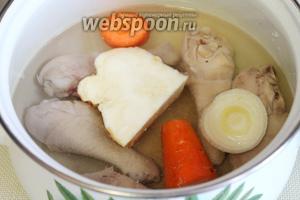 Залить водой и сварить бульон в течение получаса.