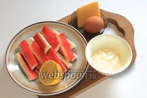 Для приготовления нам понадобятся крабовые палочки, яйца, майонез, мука, сыр, сок ½ лимона, перец чёрный молотый и масло растительное для фритюра.