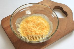 Натереть 100 граммов сыра и добавить в наш кляр, перемешать.