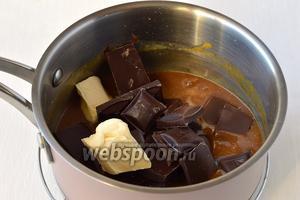 Добавить масло комнатной температуры и поломанный на кусочки шоколад.