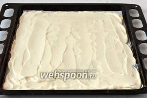 Форму для выпечки 25 × 30 см выстлать кулинарной бумагой, которую слегка смазать растительным маслом. На бумагу равномерно выложить творожную массу.