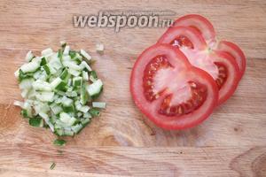 Нарежьте овощи мелкими кубиками. У томатов лучше удалить семена.