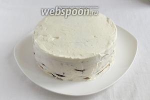 Весь торт обмазать сливками со всех сторон и поставить в холодильник на 30 минут.
