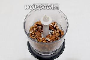 Орехи поджарить и смолоть в мелкую крошку или муку, как получится.