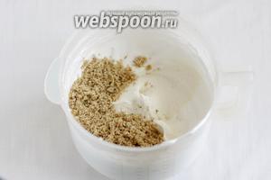 Ко взбитым белкам добавить муку и молотые орехи. Аккуратно вмешать лопаткой снизу вверх до равномерности.