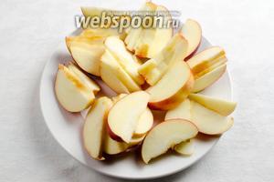 Яблоки вымыть. Просушить. Вынуть сердцевину. Разрезать на дольки. Полить дольки яблок лимонным соком.