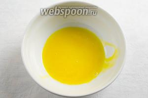Тем временем приготовить заливку: желтки размешать.