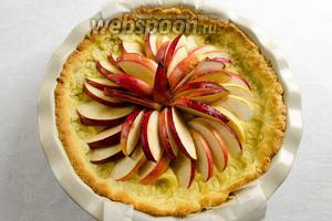 Вынуть форму с запеченной основой и яблоками.