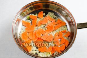 Добавить нарезанную морковь. Тушить в течение 5 минут.