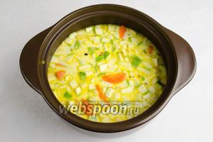 Разогреть сливки и добавить к овощам. Влить горячей воды столько, чтобы она едва покрывала овощи. Поставить на огонь. Варить после закипания 15 минут.