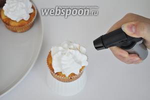 Обжечь бока крема газовой горелкой.