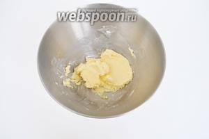 Размягчённое масло растереть с сахаром.