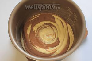 Смазать сливочным маслом кастрюлю мультиварки. Выложить тесто поочередно, по 2 столовые ложки (у меня Филипс 3039 — объём 4 л).