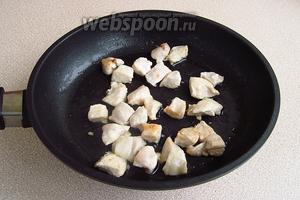 Выложить филе на сковороду с разогретым подсолнечным маслом и обжарить до подрумянивания.