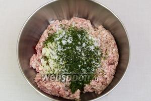 Нарежем мелко укроп, перец болгарский, луковицу. Добавим в фарш, так же добавить вустерский соус.