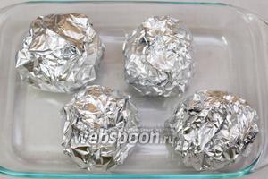 Так же поступаем с остальными бомбочками. Запекаем в духовке при температуре 180ºC 40 минут.