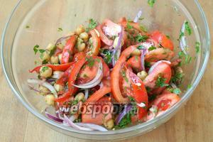 Заправить салат оливковым маслом, перемешать и сразу подавать. Приятного аппетита!