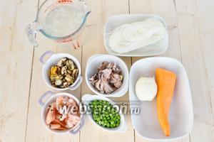 Подготовим заранее морепродукты и горошек, разморозим и промоем. Очистим овощи.